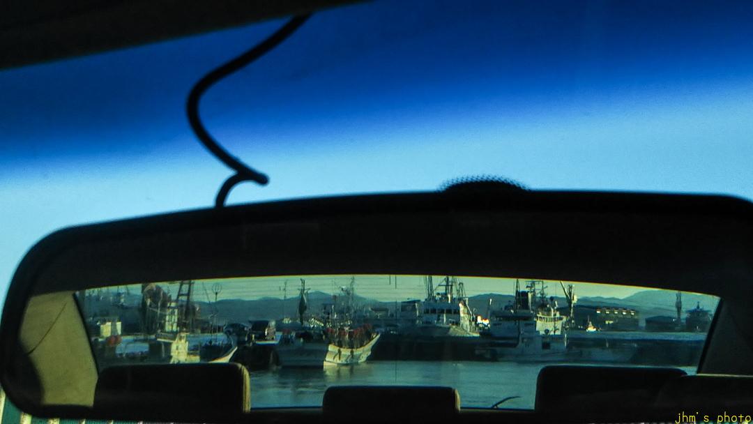 バックミラー越しの漁港_a0158797_07340664.jpg