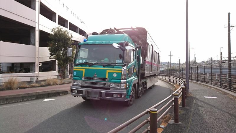 電車が道路を走ってた_a0332275_22455935.jpg