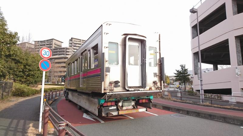 電車が道路を走ってた_a0332275_22470183.jpg