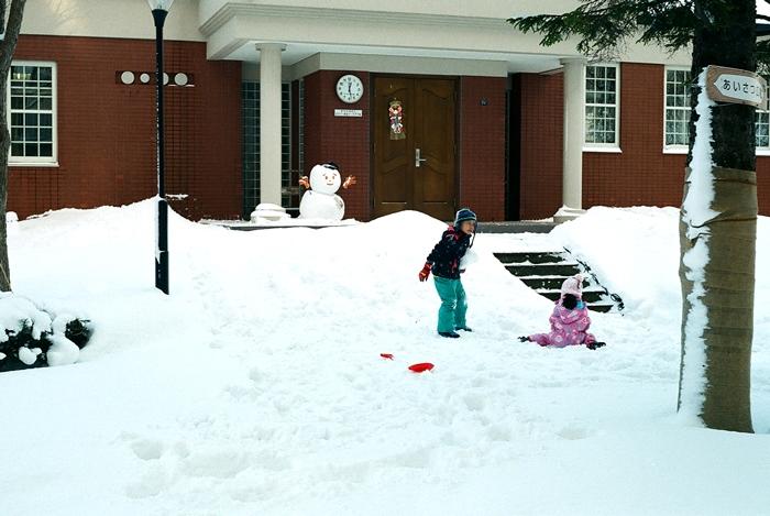 雪遊びの兄と妹_c0182775_17264750.jpg