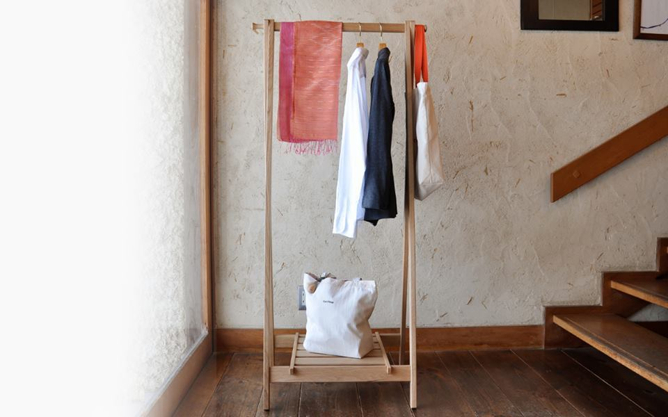 おすすめ家具!折り畳み小机とハンガーラック_b0211845_13314745.jpg