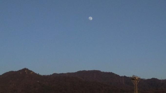 快晴に浮かぶ月_e0094315_18104551.jpg