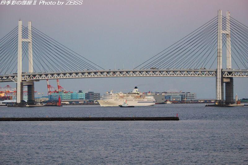 夕暮れの横浜港に客船ぱしふぃっくびいなすが入港_d0358854_19472519.jpg