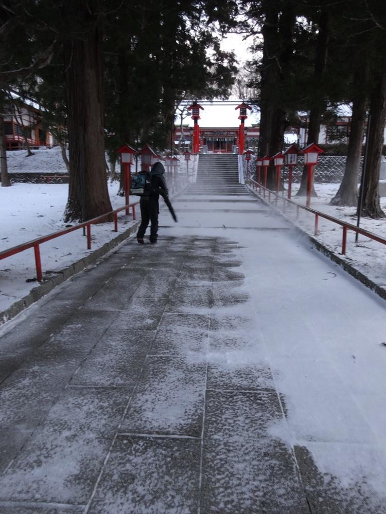 今年初めて機械での除雪_c0111229_17421055.jpg
