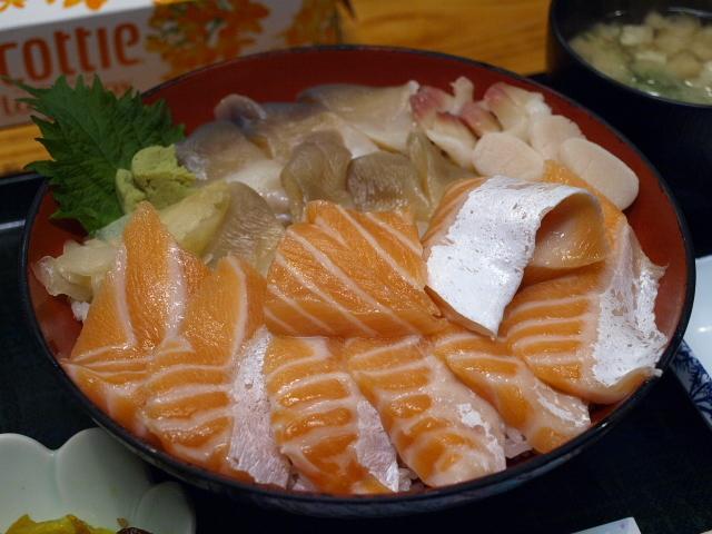 海鮮 みなと食堂 (ほっきサーモン丼)_d0153062_15293609.jpg