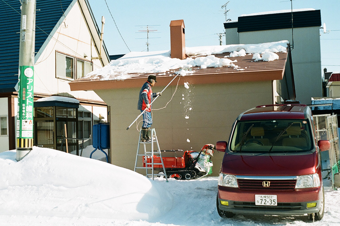 屋根の雪下ろしと落下した氷_c0182775_17272769.jpg