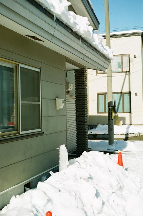 屋根の雪下ろしと落下した氷_c0182775_1742020.jpg