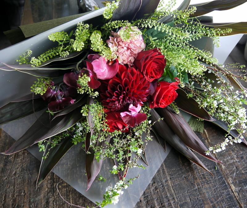 就任のお祝い花束。男性へ。「シックな赤系」。南1西17にお届け。2019/01/24。_b0171193_17002378.jpg
