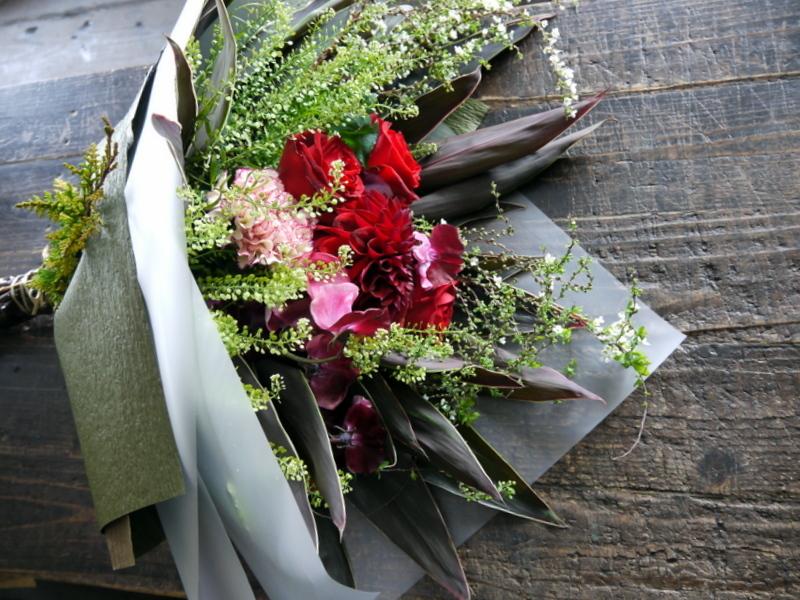 就任のお祝い花束。男性へ。「シックな赤系」。南1西17にお届け。2019/01/24。_b0171193_17002556.jpg