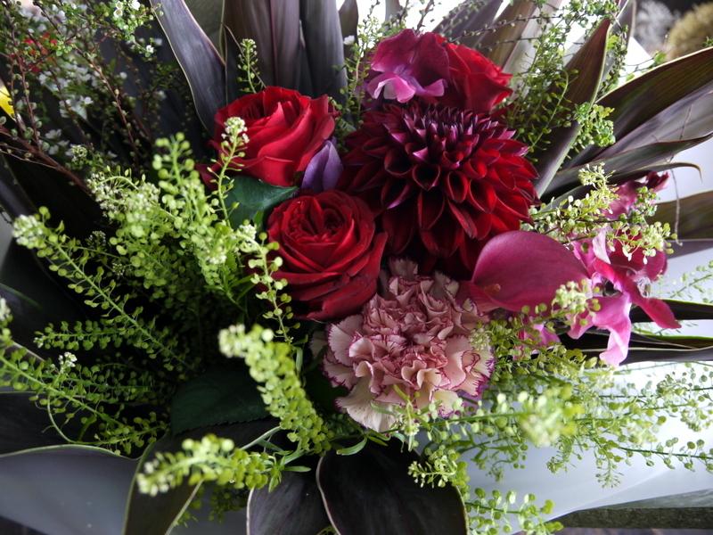 就任のお祝い花束。男性へ。「シックな赤系」。南1西17にお届け。2019/01/24。_b0171193_17004091.jpg