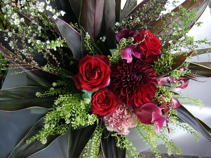 就任のお祝い花束。男性へ。「シックな赤系」。南1西17にお届け。2019/01/24。_b0171193_17004300.jpg