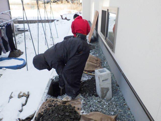 岩泉の家 外構工事が進行中です。_f0105112_04291709.jpg