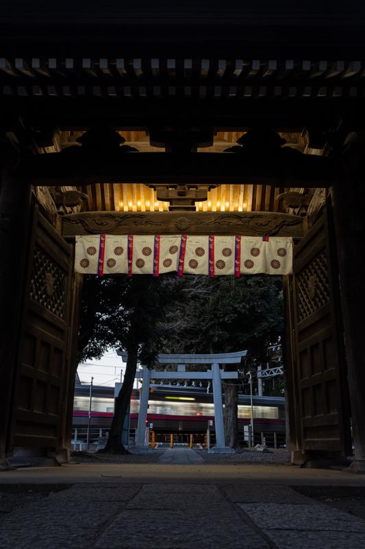 鳥居の向こうに電車が通る参道_a0261169_20254145.jpg