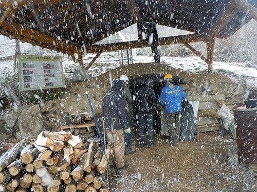 雪の中、なんとか「窯入れ」を終える_b0102572_22355494.jpg