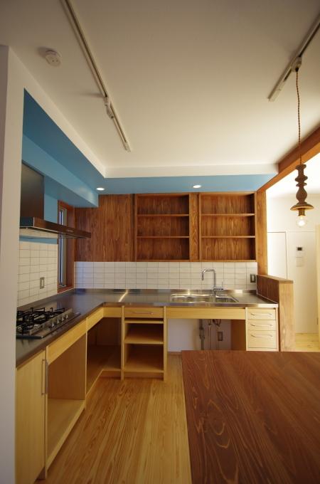 木とタイルとブルーのオリジナルデザインのキッチン_c0004024_21382754.jpg