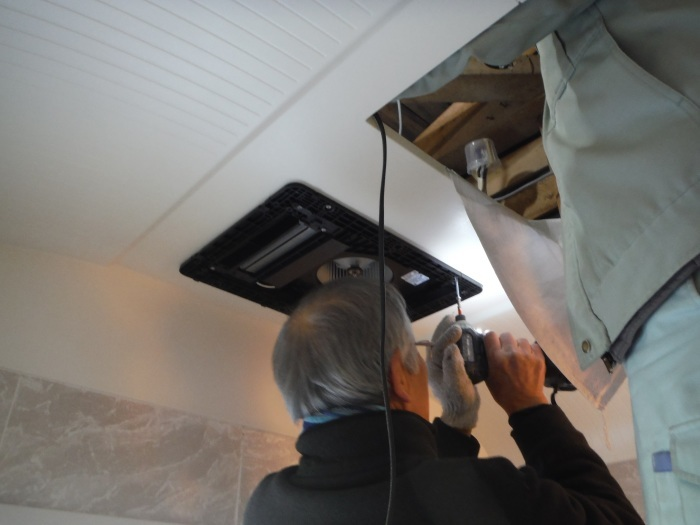 小工事 ~浴室の換気扇を暖房機へ取替え取付_d0165368_05081959.jpg