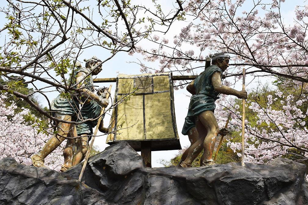 赤穂高取峠の早駕籠像に見る、浅野内匠頭刃傷沙汰の報せにかかった労力と経費。_e0158128_19445499.jpg