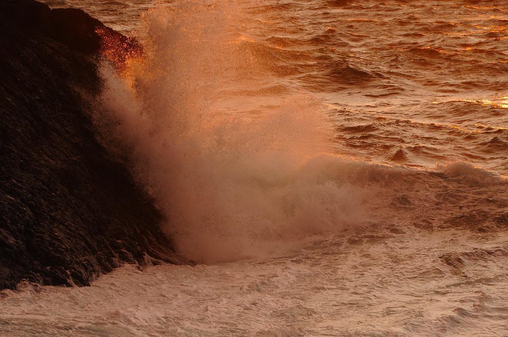 怒涛の波が広げる赤いカーテン_c0059854_12445666.jpg