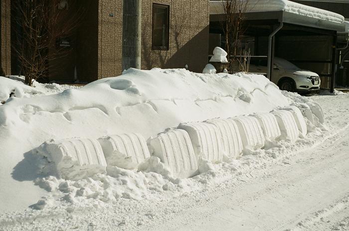 几帳面な雪かきの跡とスノーダンプ_c0182775_1784314.jpg