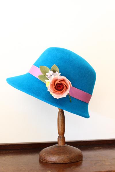 お教室で作ったお帽子~ロイヤルブルーのチロル帽~_e0333647_15292772.jpg