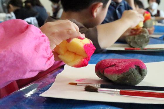 第4回こども美術教室 ~ 石に描いてペーパーウェイト ~_e0222340_1429104.jpg