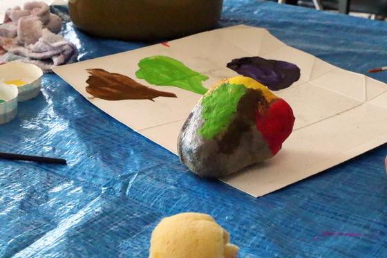第4回こども美術教室 ~ 石に描いてペーパーウェイト ~_e0222340_14303848.jpg