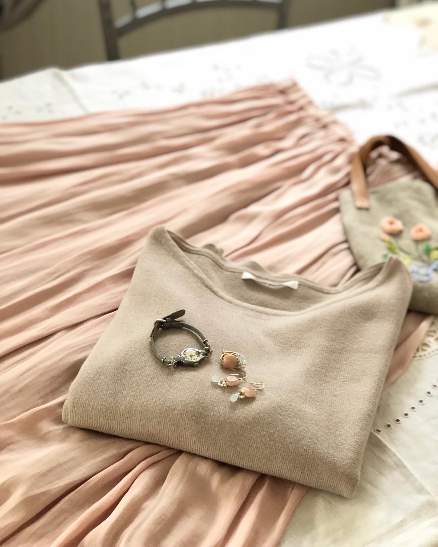 ミルクティのようなやわらかなピンクのヴィンテージサテンスカートでニュアンスカラーコーデ_a0157409_09575590.jpg