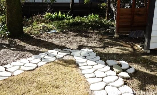 初春の庭しごと 雑草対策とクリスマスローズ_c0293787_13404111.jpg