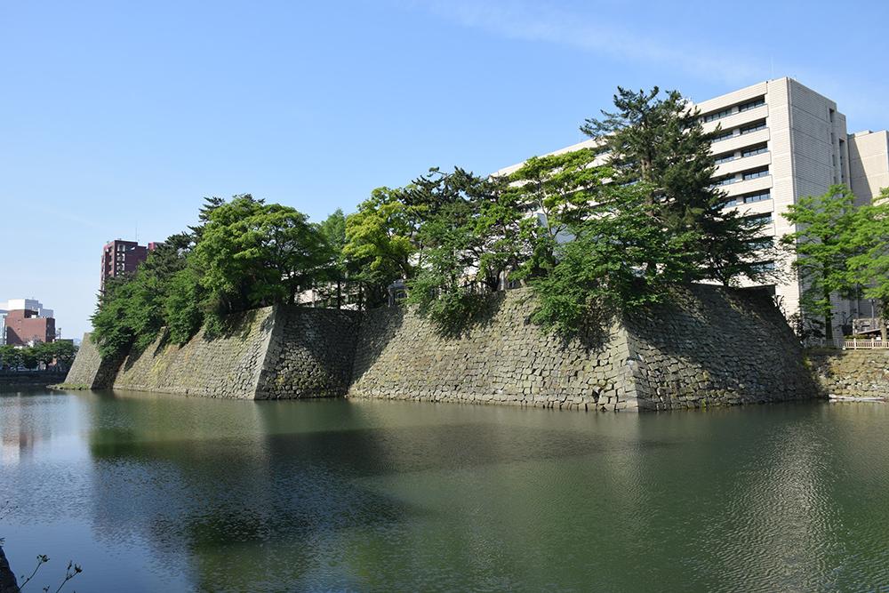 越前松平家の福井城跡を歩く。 その1 ~内堀、石垣~_e0158128_20465839.jpg