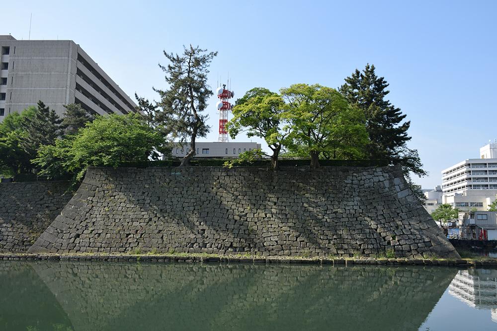 越前松平家の福井城跡を歩く。 その1 ~内堀、石垣~_e0158128_20481502.jpg