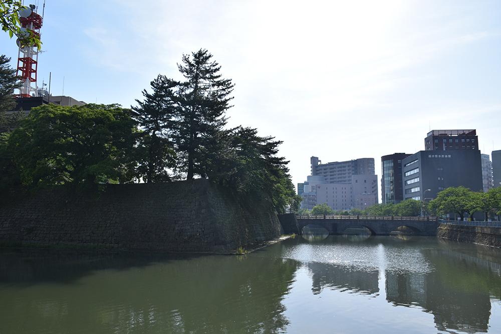 越前松平家の福井城跡を歩く。 その1 ~内堀、石垣~_e0158128_20593635.jpg