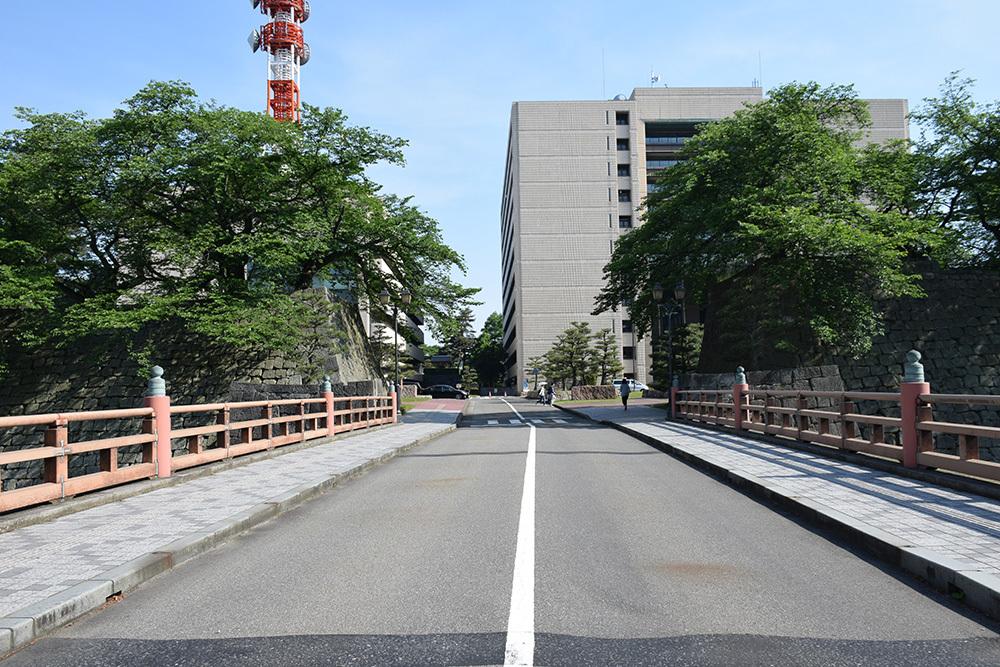 越前松平家の福井城跡を歩く。 その1 ~内堀、石垣~_e0158128_21015958.jpg