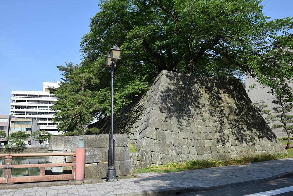 越前松平家の福井城跡を歩く。 その1 ~内堀、石垣~_e0158128_21040226.jpg