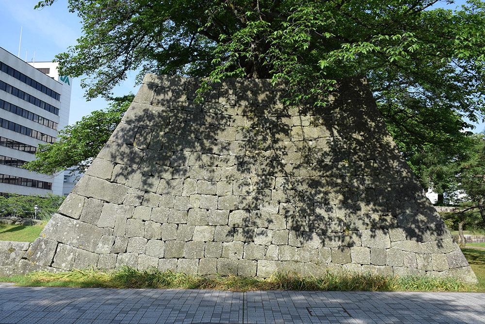 越前松平家の福井城跡を歩く。 その1 ~内堀、石垣~_e0158128_21040643.jpg