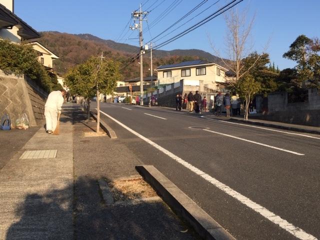 地域のふれあい、道掃除_e0175370_20345826.jpg