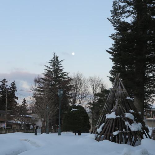 黄昏や 雪の灯と 如月の月_c0075701_18591088.jpg