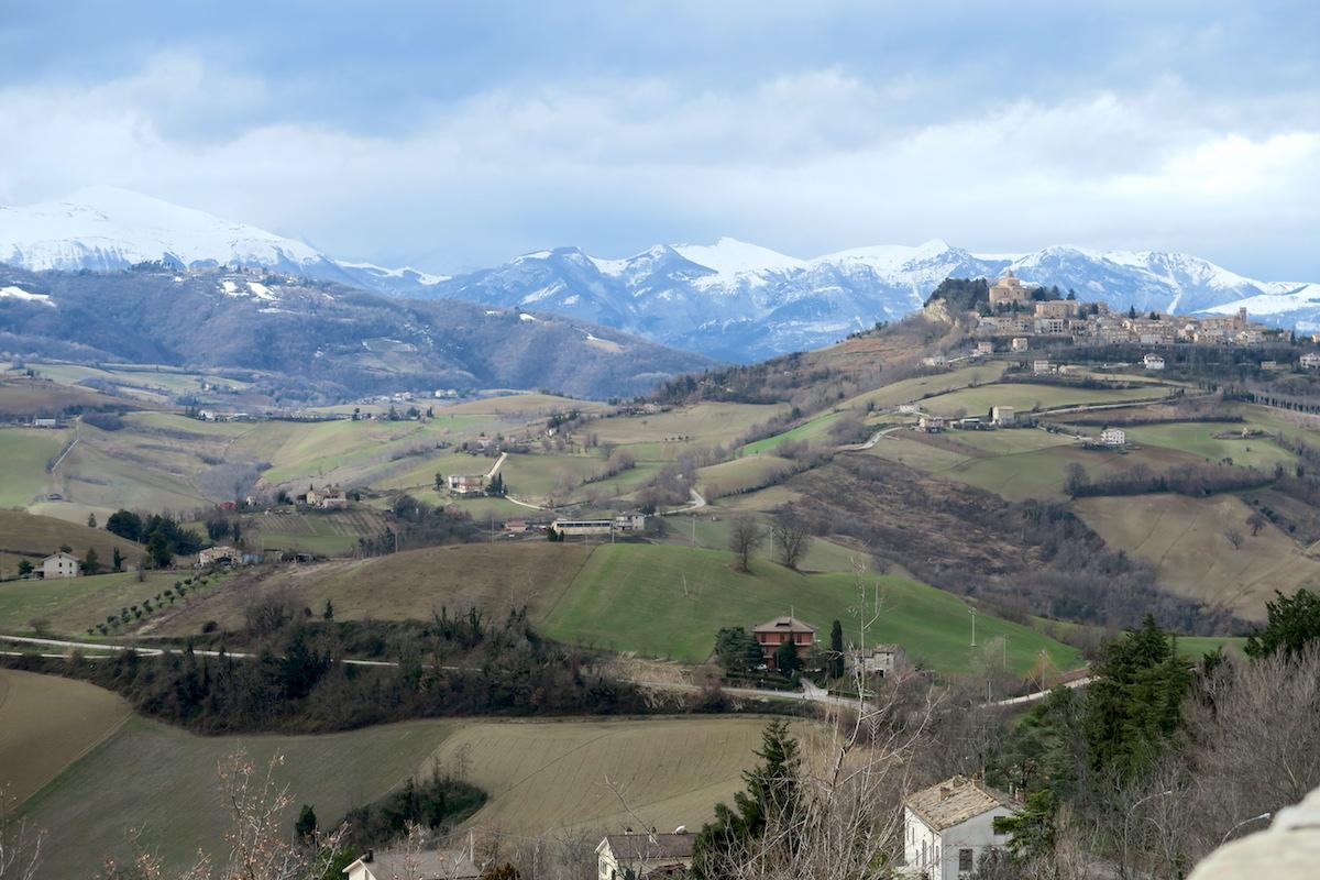 雪山を望めば風に揺れる松、サンタ・ヴィットーリア・イン・マテナーノ_f0234936_451582.jpg