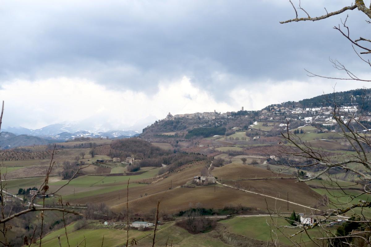雪山を望めば風に揺れる松、サンタ・ヴィットーリア・イン・マテナーノ_f0234936_5434617.jpg