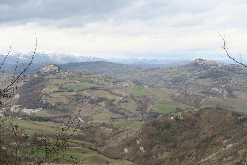 雪山を望めば風に揺れる松、サンタ・ヴィットーリア・イン・マテナーノ_f0234936_5462314.jpg