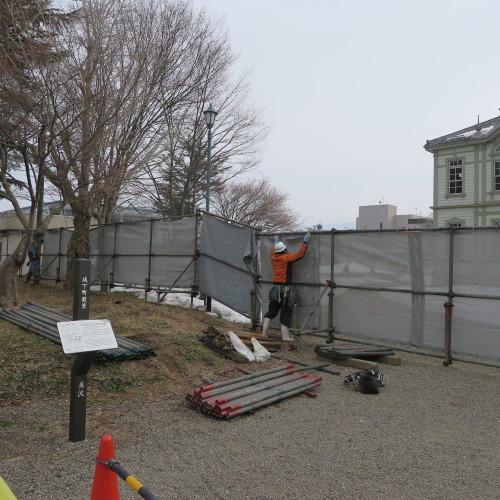工学部正門塀の解体工事用フェンス(重文本館側)の組み立て 2016.2.27_c0075701_14373652.jpg