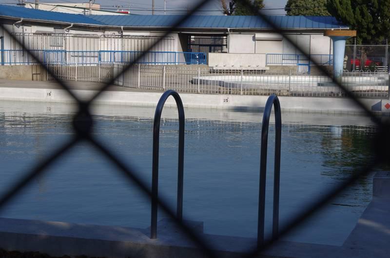 オフシーズンの市営プール_f0159784_15435961.jpg