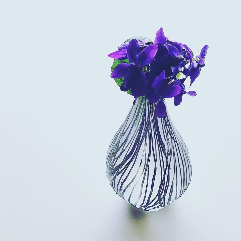 中野由紀子さんの花器にスミレを_b0353974_13520088.jpg