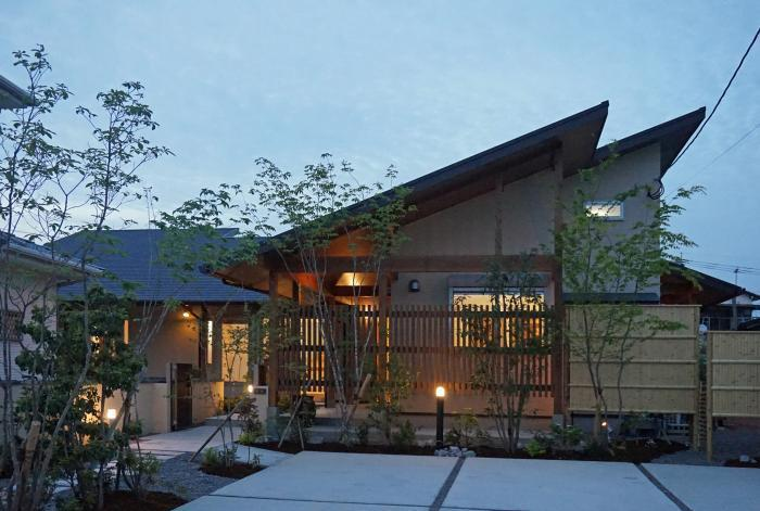 平屋住宅の外観…大屋根の美しい和モダンの家_d0082356_09180889.jpg
