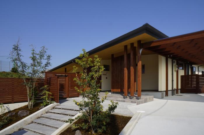 平屋住宅の外観…大屋根の美しい和モダンの家_d0082356_09182983.jpg
