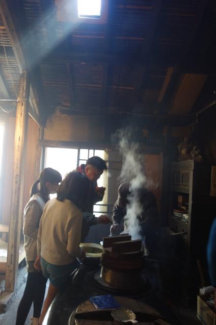 遠足 かまどでご飯炊きと お雛様見学_e0317274_16453679.jpg