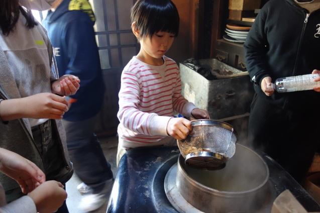 遠足 かまどでご飯炊きと お雛様見学_e0317274_16491561.jpg