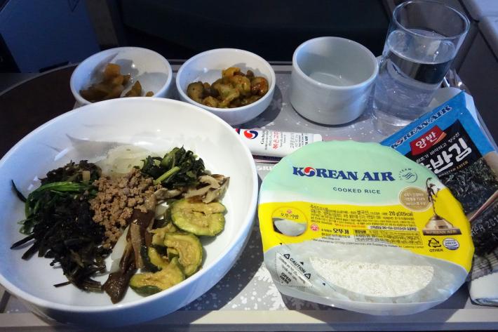 大韓航空 KE704便 成田ー仁川 ビジネスクラスの機内食と機材 B747-8i 2018年12月 大田・ソウルの旅(1)_f0117059_17055888.jpg