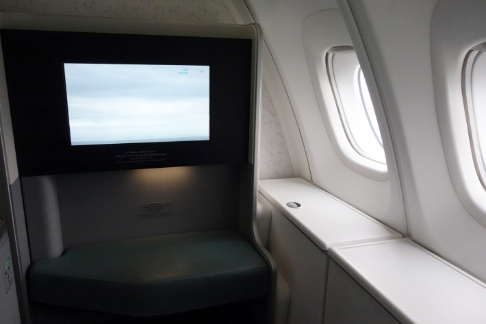 大韓航空 KE704便 成田ー仁川 ビジネスクラスの機内食と機材 B747-8i 2018年12月 大田・ソウルの旅(1)_f0117059_17065546.jpg