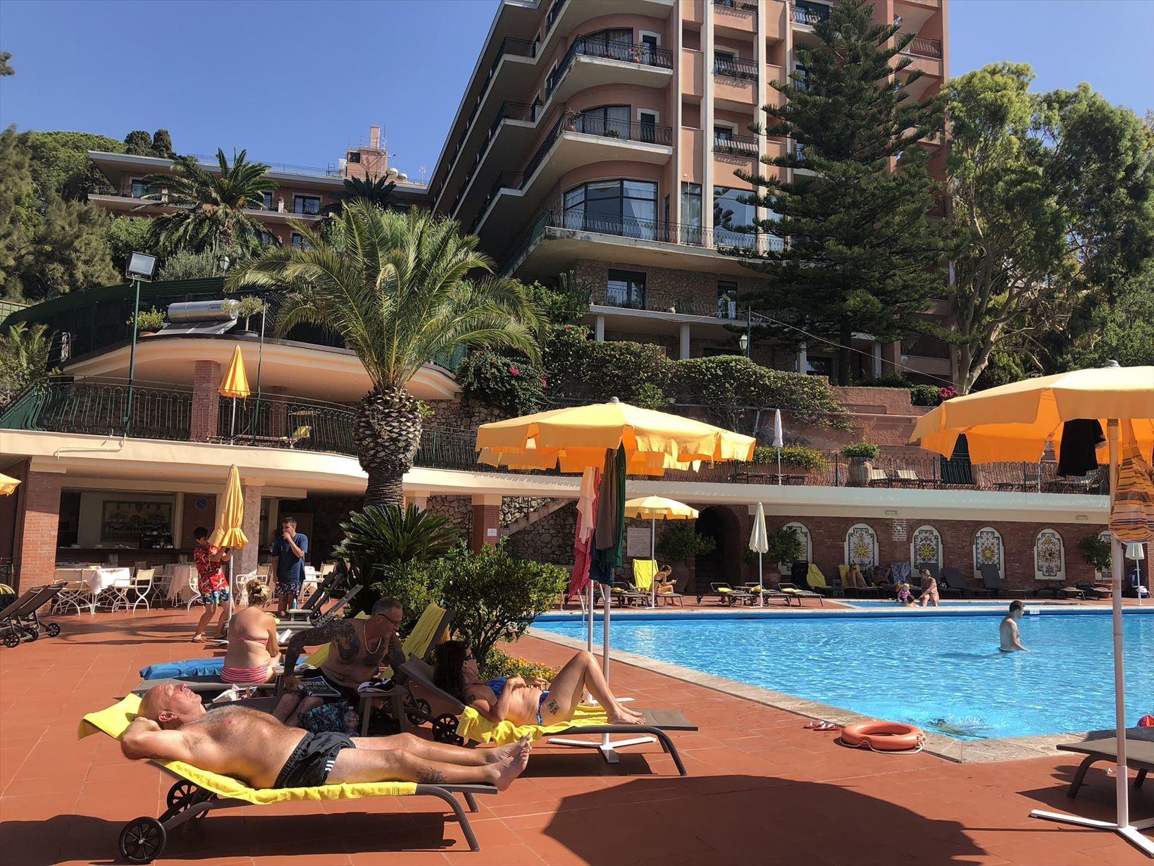 シチリア/41 タオルミーナのホテル Villa Diodoro_a0092659_13512049.jpg
