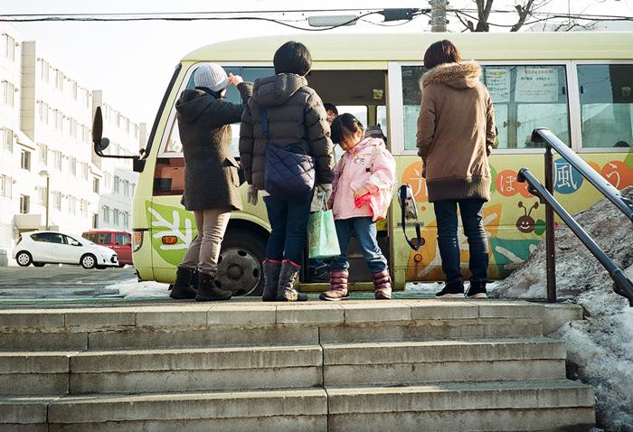 通園バスの出向かえと大学の卒業式_c0182775_171621100.jpg